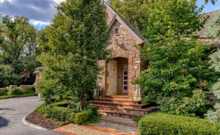 Gorgeous 1.5 story villa for sale, omaha nebraska, spring green